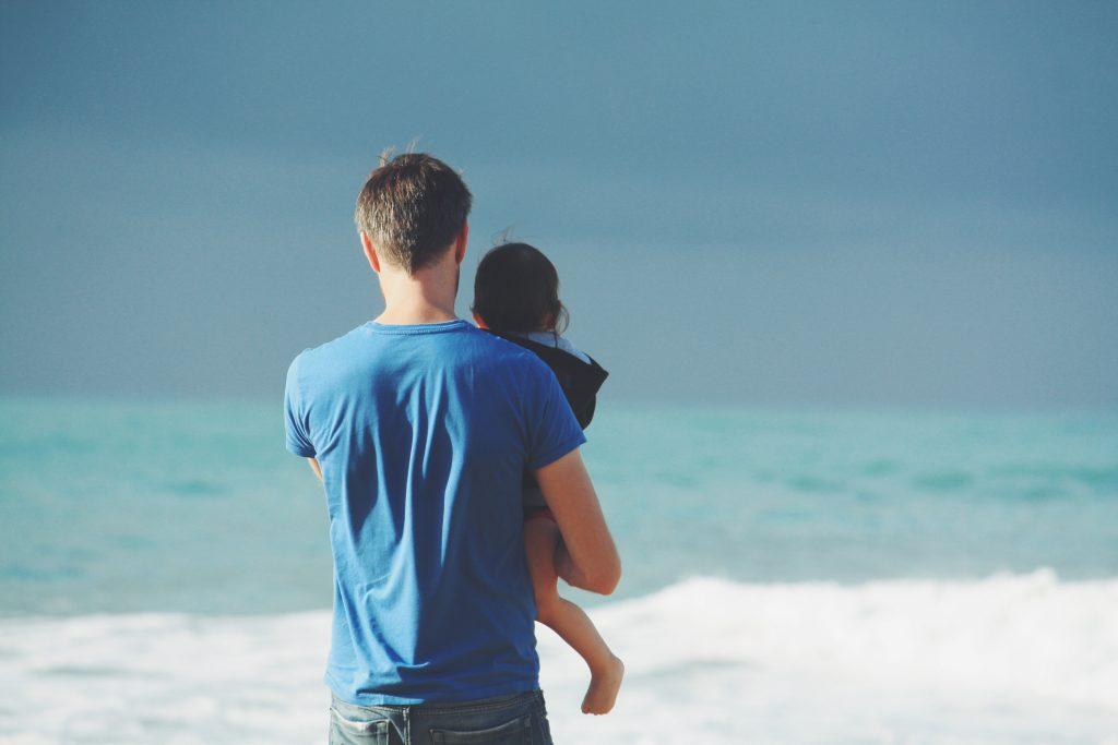 子を抱く父親