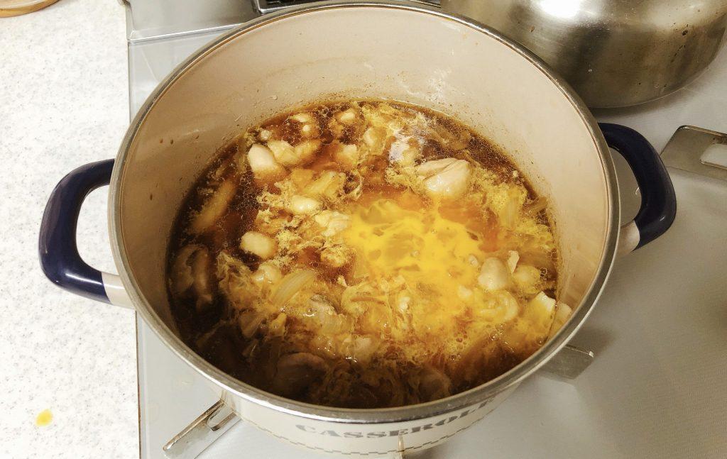 卵を半量回し入れる