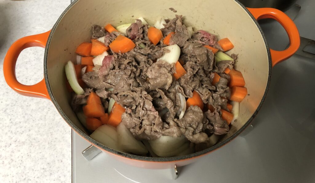 肉は野菜の上に